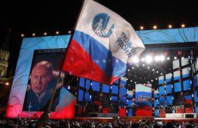 クレムリン近くで演説するプーチン大統領=18日、モスクワ(AP=共同)