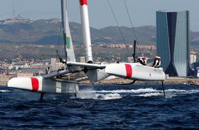 セールGP最終戦第1日、レースで失踪する日本艇=20日、マルセイユ(ロイター=共同)