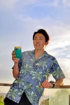 太平洋を望むホテルのプールサイドに立つ源田