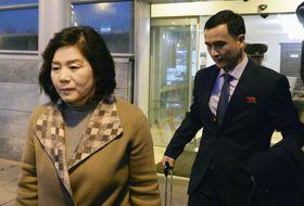 モスクワ郊外の空港に到着した北朝鮮の崔善姫第1外務次官(左)=19日