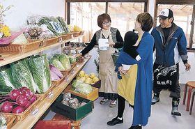 買い物客に野菜の説明をするメンバー=七尾市中島町浜田