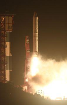 民間の小型地球観測衛星アスナロ2を載せ、打ち上げられる小型ロケット「イプシロン」3号機=18日午前6時6分、鹿児島県肝付町の内之浦宇宙空間観測所
