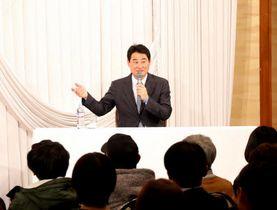 トークショーに臨む前田さん