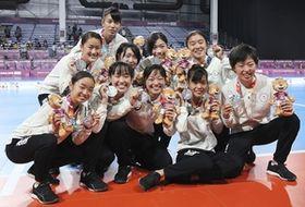 フットサル女子で銀メダルを獲得した日本=ブエノスアイレス(共同)
