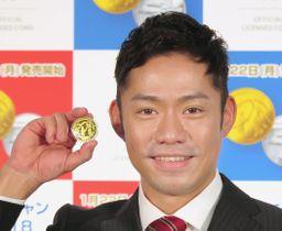 平昌冬季五輪の公式記念金貨を手にする高橋大輔さん=17日、東京都北区