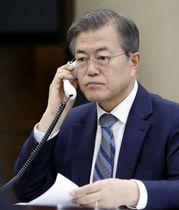 24日、安倍首相と電話会談する韓国の文在寅大統領=ソウル(韓国大統領府提供・聯合=共同)