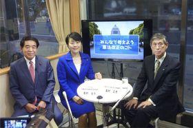 自民党のインターネット番組「カフェスタ」の放送前に写真撮影に応じる(左から)下村博文憲法改正推進本部長、有村治子参院議員、高村前副総裁=23日午後、東京・永田町の党本部