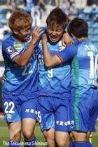 同点ゴールを決め、チームメートに抱きつき喜ぶ徳島の河田㊥=鳴門ポカリスエッスタジアム