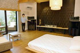 こだわりの音響機材を設置した客室と担当の近藤拓茉さん(香美市香北町の「湖畔遊」)