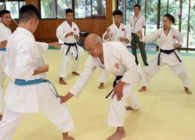 ベトナムの選手を指導する長崎糸東会の峰代表(中央)=諏訪体育館