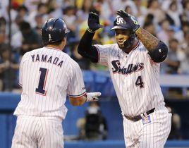 1回、先制2ランを放ち山田哲(左)に迎えられるヤクルトのバレンティン=神宮