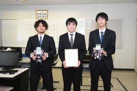 ETロボコン2020チャンピオンシップ大会エントリークラスで3位入賞を果たした(左から)福満活伊、重満楓大、田代友紀さん