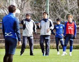 守備陣に動き方などを伝えるアベルヘッドコーチ(右から4人目)=高知市の春野総合運動公園球技場