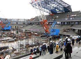 着々と工事が進む京都スタジアムを見学する子どもたち。クレーンの大きさに歓声が上がった(京都府亀岡市追分町)