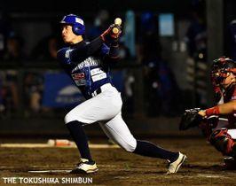 徳島対高知 徳島5回裏、2死から岸の左越え本塁打で1-3とする=JAバンク徳島スタジアム