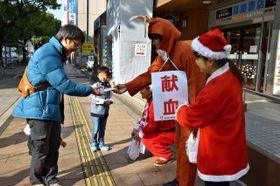 大学生が献血への強力を呼び掛けたキャンペーン=16日午前、宮崎市のカリーノ宮崎前