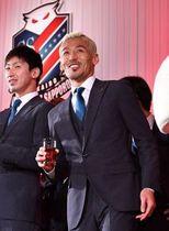 感謝の集いで乾杯後、笑顔を見せる菅野(右)