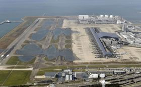 台風21号による高波で浸水した関西空港=9月5日