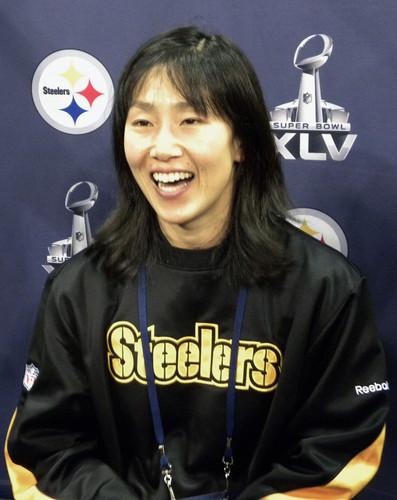 NFL初の女性トレーナー、スティーラーズの磯有理子さん=2011年、アーリントン
