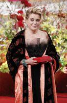 世界文化賞を受賞したカトリーヌ・ドヌーブさん=23日午後、東京・元赤坂の明治記念館
