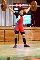 女子69キロ級 スナッチで86キロの県高新を出し、トータル183キロで優勝した吉武温子(那覇国際)=1月21日、糸満高体育館(上原修撮影)