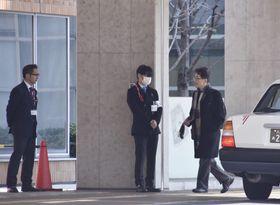 調査のため公立福生病院に入る日本透析医学会の調査委メンバー(右)=15日午後0時45分、東京都福生市