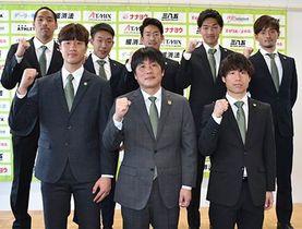 今シーズンの健闘を誓う新加入選手と中口監督(前列中)