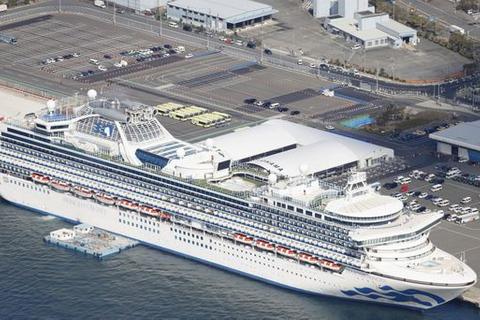 横浜港に停泊するクルーズ船「ダイヤモンド・プリンセス」=19日午前10時21分(共同通信社ヘリから)