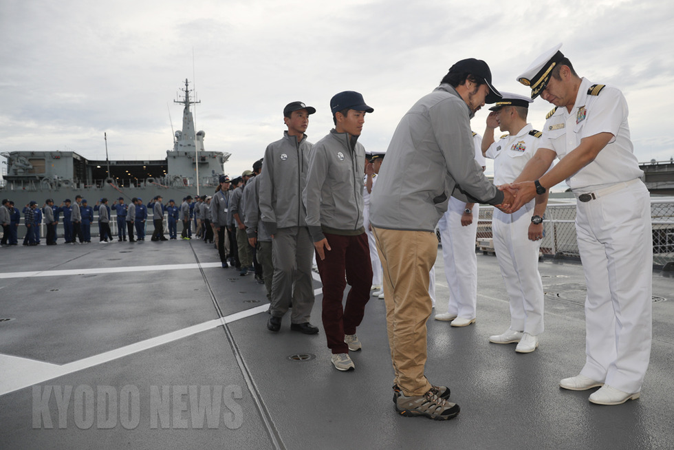 飛行甲板で行われた退艦セレモニー。