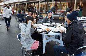 大勢で朝食を食べる参加者=いちき串木野市の食彩の里いちきくしきの