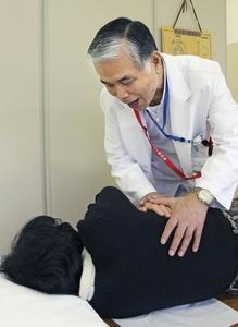 たんを出す際の呼吸のこつを患者に説明する千住秀明さん