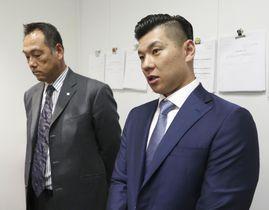 日本野球機構と事務折衝し、取材に応じる日本プロ野球選手会の炭谷銀仁朗会長(右)ら=20日、東京都港区