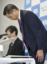 定例記者会見の冒頭、頭を下げる日本自動車工業会の西川広人会長=15日午前、東京都港区