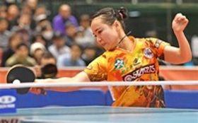 女子シングルス決勝 強烈なフォアを打ち込む伊藤=東京体育館
