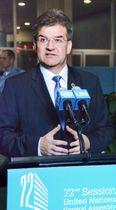 12日、ニューヨークの国連本部で記者団の取材に応じる国連総会のライチャーク議長(共同)