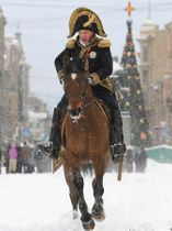 ロシア遠征を再現してナポレオンにふんするオレグ・ソコロフ容疑者=2013年1月、サンクトペテルブルクで(AP)