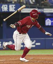 8回楽天2死二、三塁、茂木が左越えに3ランを放つ=横浜