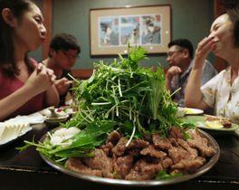 「徳家」のクジラ料理=25日午後、大阪市
