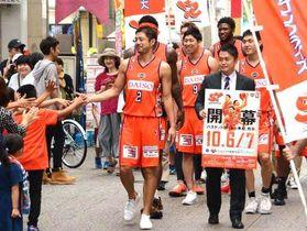 ユニホーム姿でシーズン開幕をPRする広島の選手たち