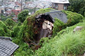 屋根の一部が崩れ落ちた空き家=長崎市愛宕4丁目