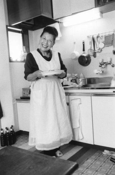 自作の純白エプロンで台所に。アラーキーいわく「メリーポピンズみたい」
