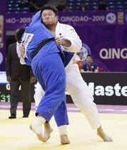 男子100キロ超級準決勝 ロシア選手(左)を破り決勝進出の原沢久喜=青島(共同)