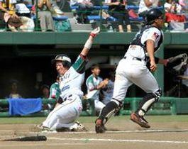 3回、栃木GBのルーカスが中前打を放ち、二走の青木が同点のホームイン=県営球場
