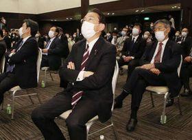 自民党候補の落選が伝えられ、落胆の表情を浮かべる岸田文雄前党政調会長=中央(25日、広島市中区)