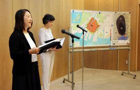被爆体験記の英訳を朗読する河野さん(左)と桑本さん