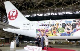 ディズニーのキャラクターが描かれた特別塗装機=22日午前、羽田空港