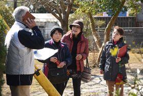 徘徊者役の人を見つけ通報する訓練参加者