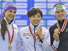 女子500メートルで優勝し、金メダルを手に笑顔の小平奈緒(相沢病院・中央)=13日、長野市エムウェーブ