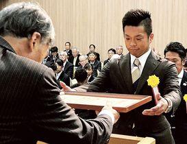 茨城国体の水泳成年男子高飛び込みで優勝し、知事顕彰を受ける萩田拓馬(右)=静岡市内