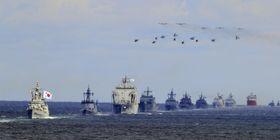 11日、韓国・済州島で開かれている観艦式で海上パレードする韓国海軍の艦隊(聯合=共同)